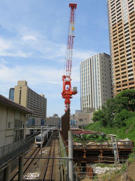 牛込橋(早稲田通り)から東京方面をみる。線路を跨ぐ仮設通路は、右の機回し線跡で組み立てを行い終電後にクレーンを使って直接架設した。