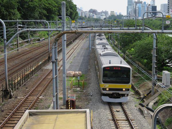 新ホーム予定地の新宿寄りの緩行線引上線跡。緩行線はバラスト軌道に改築された。
