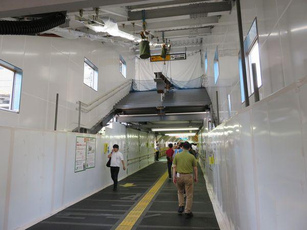 西口へ向かうスロープの真上に姿を現した仮設駅舎の階段