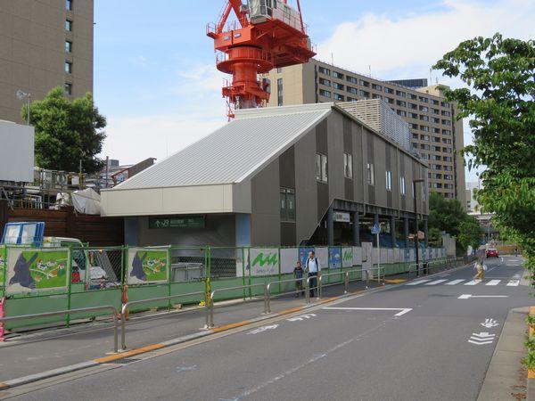 完成間近の飯田橋駅西口仮駅舎