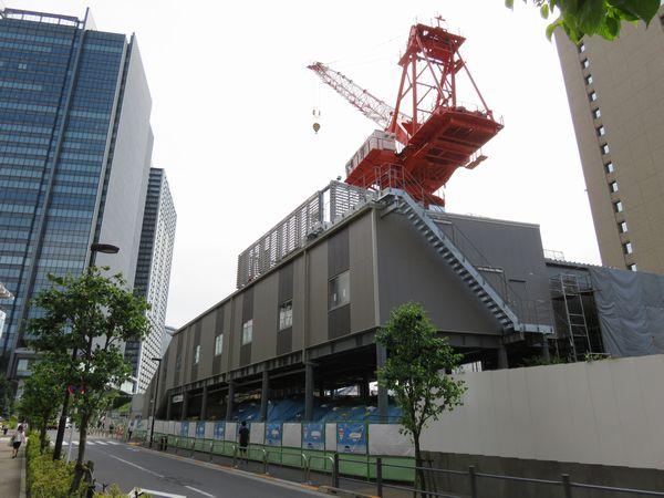 飯田橋駅西口仮駅舎を後ろ側から見たところ。階段は早稲田通り側のみに設置されている。