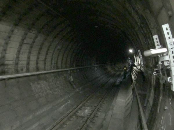 木場駅ホーム端から見たシールドトンネル。建設当時はセグメントが剥き出しだったが、後年漏水対策のため二次覆工を行っている。