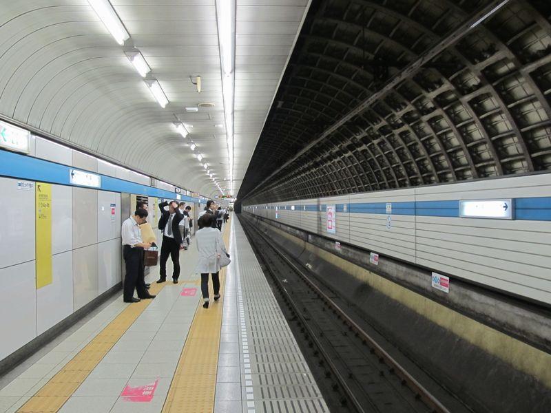 木場駅地下4階のホーム。上下線が独立したシールドトンネルになっており、ホーム幅は各3mと狭い。