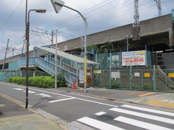 歩道橋の階段・エレベータ予定地は駐輪場になっていたが、この時点で閉鎖済みだった。