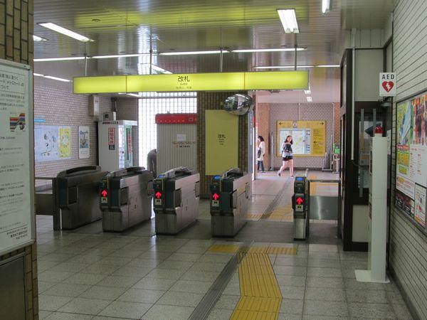 北綾瀬駅高架下の現改札口。ここはホーム延長後もレイアウトの変更はない予定。