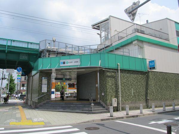 環状7号線に面して設けられている北綾瀬駅入口。