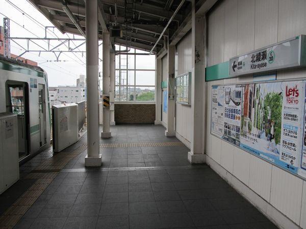 北綾瀬駅のホームから綾瀬駅方向を見る。この先に7両分ホームが延長される。