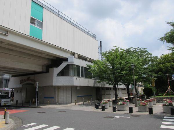 高架下からホーム綾瀬駅寄りを見る。高架下には商業施設「メトロセンター」があった。