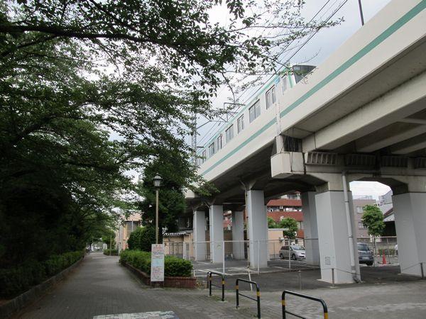 綾瀬駅寄りの新しい出入口予定地。階段は中央の低い植込み付近、エレベータは左の公園内に設置される予定。