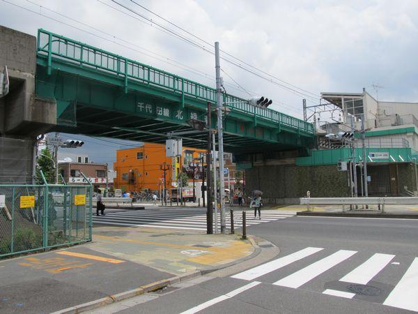 環状7号線北側から北綾瀬駅のホーム終端を見る。今後手前に向かって歩道橋が建設される。