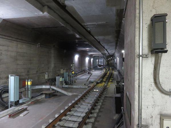 千川駅ホーム端から見た連絡線の分岐部。カーブ内側に分岐していくのが今回開通した連絡線。