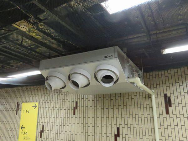 コンコース内に設置された仮設の冷房機。