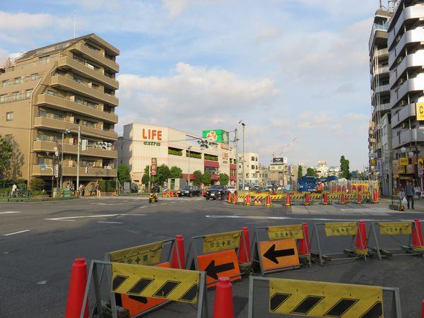 千川駅地上の状況。トンネルの埋め戻しが進んでおり作業帯は順次縮小されている。