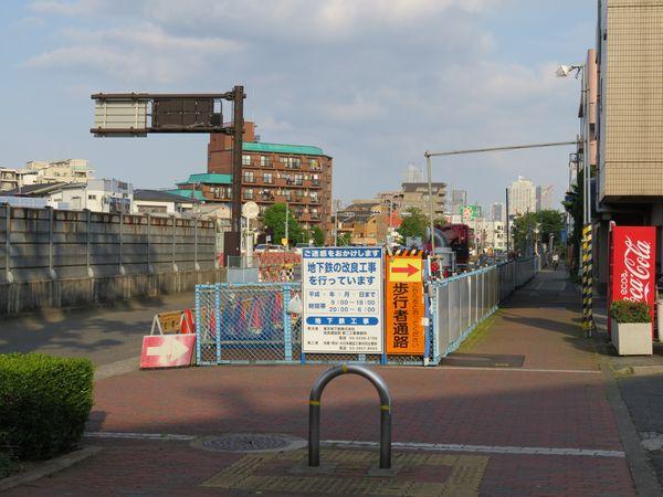 小竹向原~千川駅間の地上。B線側はこれからトンネル内に柱を立てるため、鉄筋などの材料が置かれている。