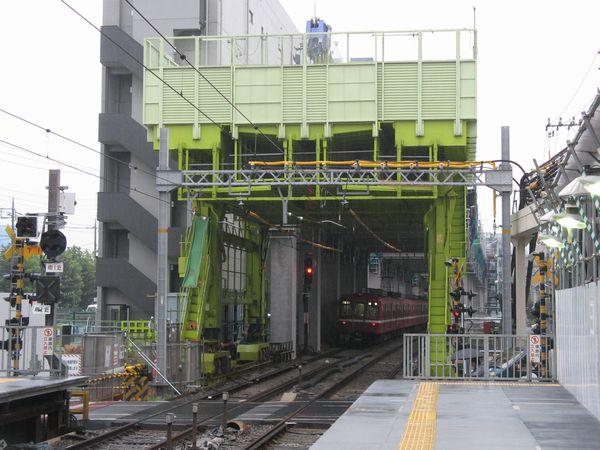 直接高架工法により高架橋を建設中の大森町駅付近