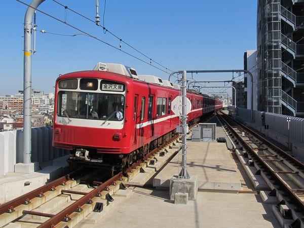 京急蒲田駅に進入する京急800形