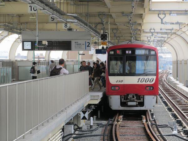京急蒲田駅横浜方には普通列車専用の切欠きホームが作られた。