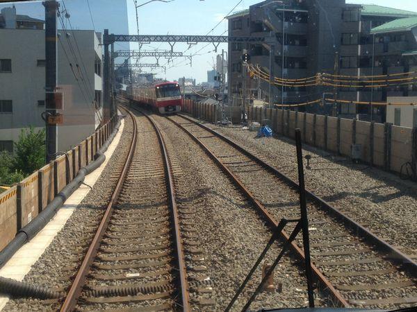 下り列車平和島→大森町間の前面展望。上下線とも正規の位置に線路が移設された。