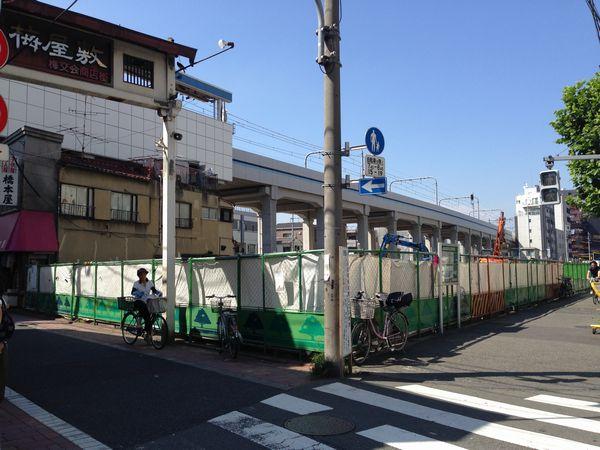 更地化された梅屋敷駅前の工事基地