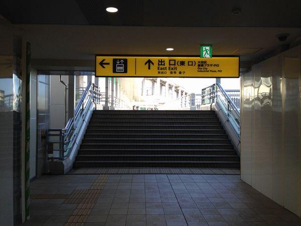 京急蒲田駅中2階から東口へ向かう歩道橋
