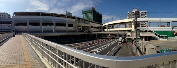 京急蒲田駅東口のペデストリアンデッキ。手前(今立っている場所)は2012年に完成済みの部分、奥が昨年3月に完成した部分。右奥の階段にはエスカレータ・エレベータが併設されている。