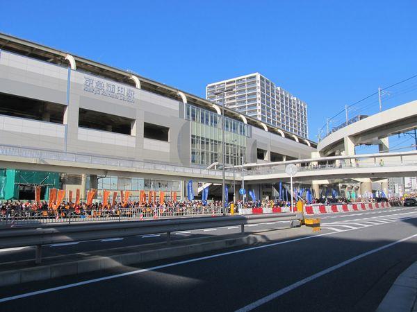 高架化が完了した京急蒲田駅と箱根駅伝が行われている第一京浜。