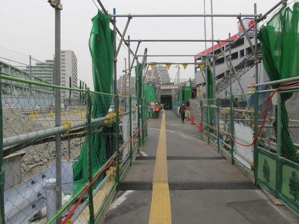 工事エリア内を通過する歩行者用通路