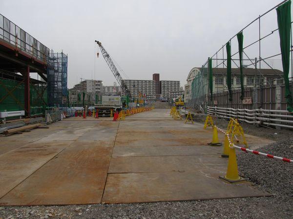 丸八通り西側の工事エリア中央付近から中野方面を見る。右側の砂町第三中学校の防球ネットが掘削エリアに合わせて移設されている。