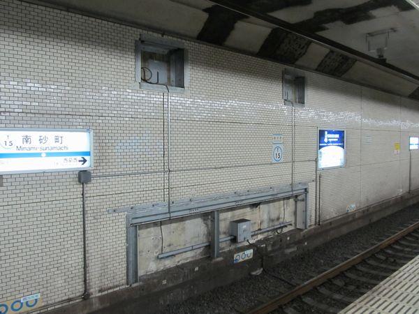 トンネル内線路側の壁面に設置されたケーソン変位観測装置