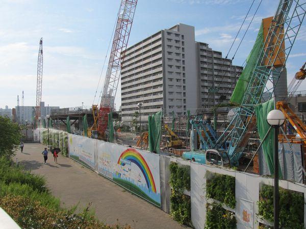 2015年5月31日取材時の西船橋方(新砂あゆみ公園内)の様子。大型重機を使い、大規模に地中連続壁の構築が行われている。