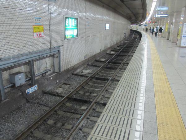 2016年4月10日訪問時には軌道の左右移動を防止する棒が追加された