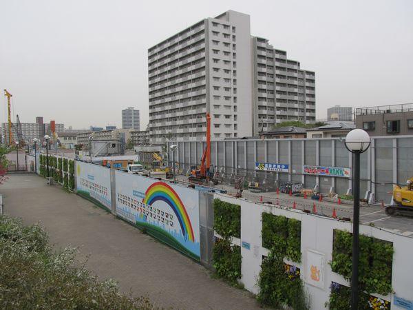 新砂あゆみ公園内の2016年4月10日の様子。工事は地下に移り、重機の数は少なくなった。