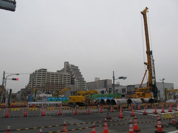 同じ場所の2016年4月10日の様子。筒状の掘削機により地面を円形に掘り抜く工事が行われている。