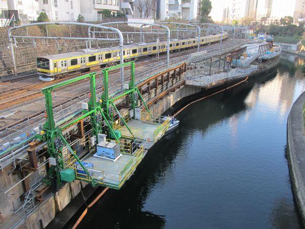 御茶ノ水橋から新宿寄りの擁壁補強。着工後に移動式の台を追加導入している。