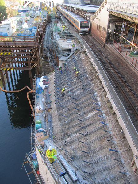 御茶ノ水橋から東京寄りの擁壁補強。アンカーの打ち込みが終わり、鉄筋を格子状に組んでいるところ。