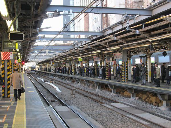 御茶ノ水駅ホームの全景。手前半分は線路上空に渡されていた梁が古レールから型鋼に変わっている。