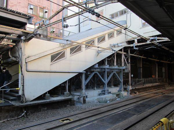 御茶ノ水橋口の階段は下半分が古レールから型鋼を組んだものに取り換えられた。