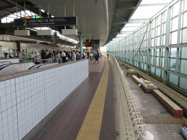 未完成の登戸駅1番線。土地が確保されている部分のみ線路敷設スペースが確保されている。