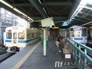 地上時代の小田急線下北沢駅ホーム。上下線が別々のホームになっていた。左の5000形は2012年で引退した。
