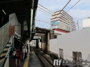 小田急線ホーム新宿寄りの上空を通る京王井の頭線。井の頭線の橋脚があるため、小田急線ホームは一部非常に狭くなっていた。
