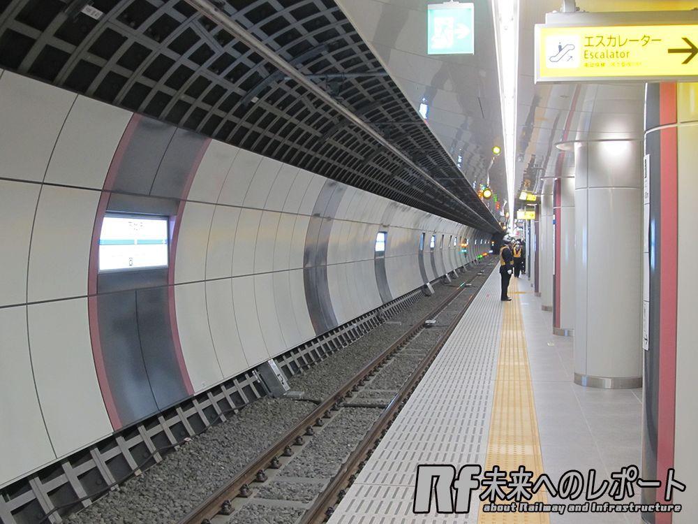 B3F小田急線急行線ホーム。線路部分をシールド工法で建設し、トンネル間を切広げてホームを形成した。
