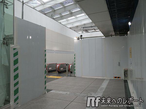 5月21日より使用が開始された地上~急行線ホーム直行エスカレータ。頭上では駅舎の建設が進む。