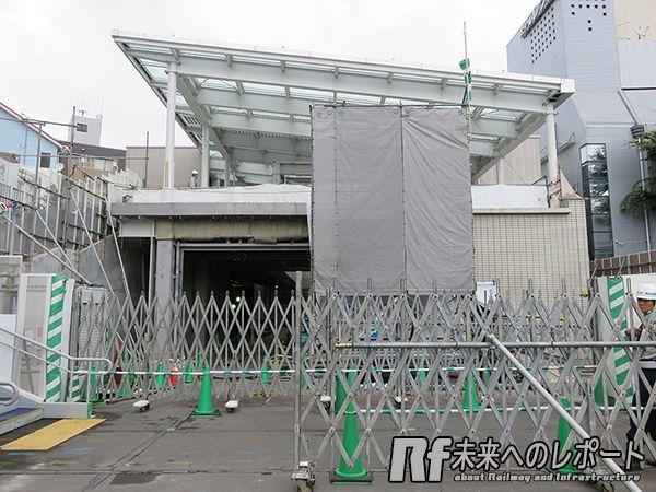 下北沢駅小田原寄りの地上廃線跡から見た建設中の駅舎。1階には新しい改札口ができる。