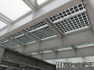 駅舎の屋根はソーラーパネルになっている。