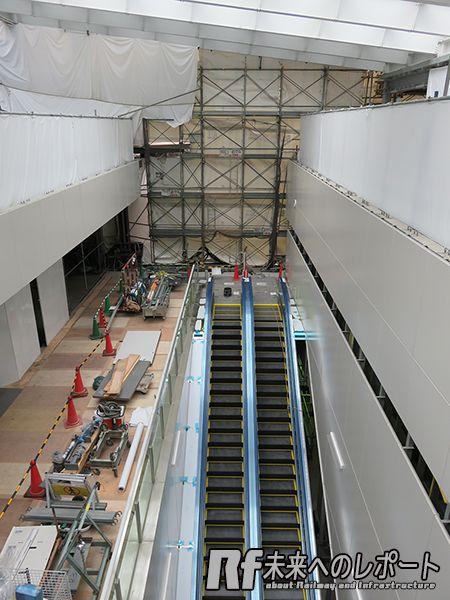駅舎2階から将来改札内コンコースとなる1階を見下ろす。下に見えるエスカレータは地上と緩行線ホームを結ぶもので、7月から使用開始予定。