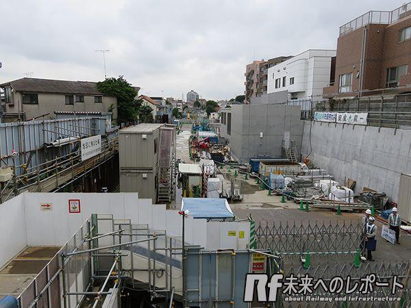 駅舎2階から小田原方面を見る。将来この先には立体緑地ができる。