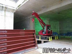 重機の向こうに見えるの2つの穴が東北沢駅へ向かう緩行線のトンネル。