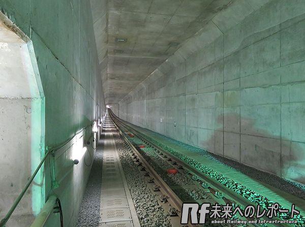 回転立坑から東北沢駅の間は軌道敷設も終了している。奥に見える白い光が東北沢駅のホーム。