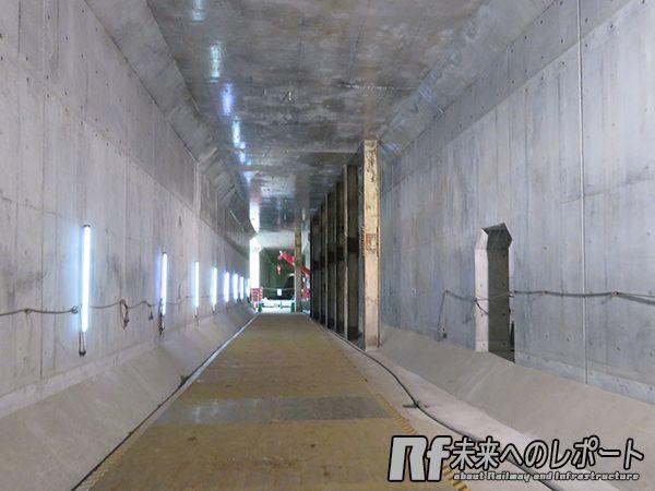 トンネル内は掘削中に地上の構造物を支えていた中間杭が一部残存していた。
