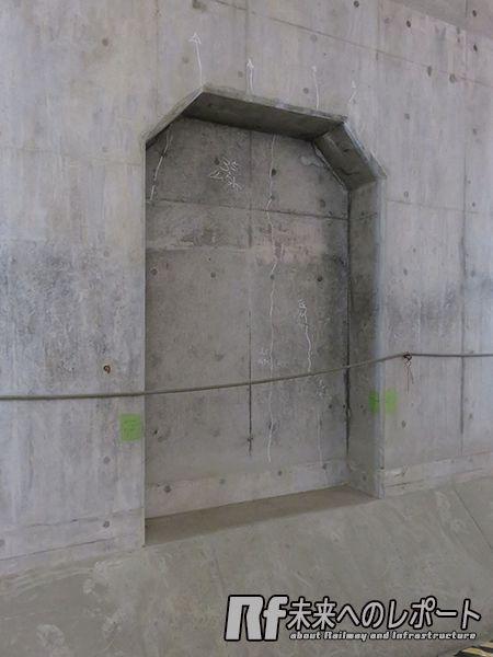 トンネル側壁に設置されている機器設置・列車待避用の窪み。
